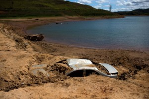 Cars that the police suspect were stolen and dumped in the lake behind the Jaguari dam appear on dry ground as the lake dries up due to the drought in São Paulo, Oct. 2, 2014. (Photo credit: Reuters)